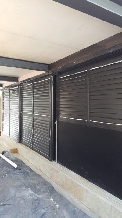 Privacy screen with sliding adjustable blades